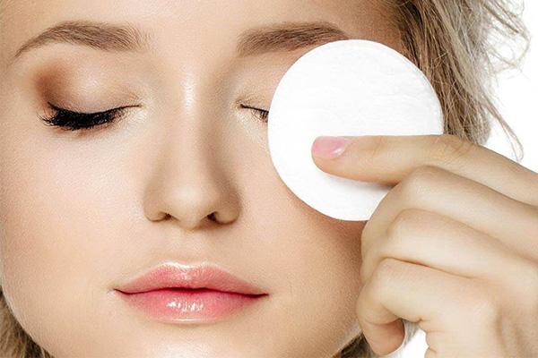 پاک کردن صورت با میسلار واتر از مراحل فیشیال