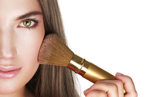 نحوه برجسته کردن گونه در آرایش صورت گرد