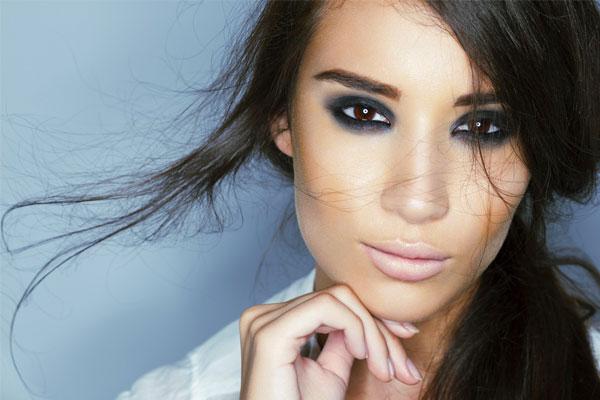 انتخاب رنگ ٰرژلب در آرایش اسموکی، مهمترین ترفند برای جلوه بیشتر چشمها