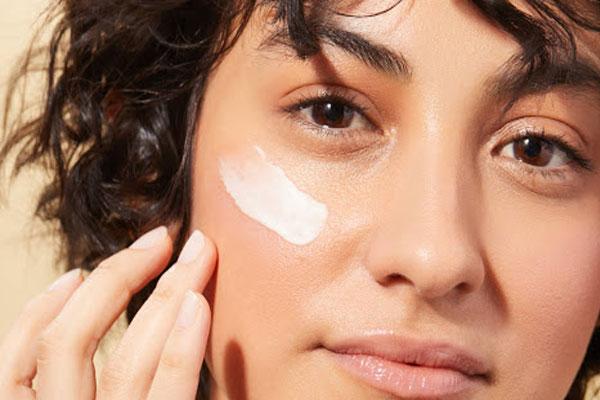 استفاده از مرطوب کننده اولین قدم برای یک آرایش نچرال و ملایم