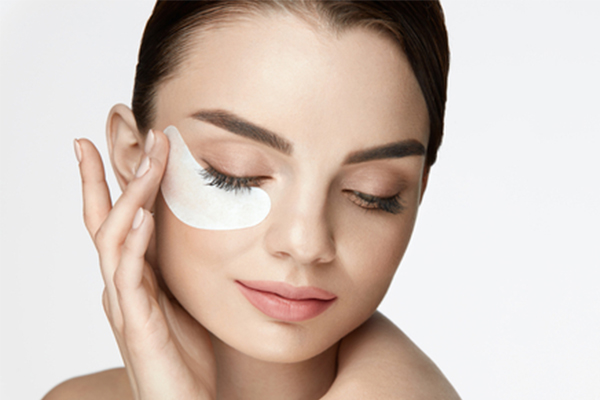 استفاده از ماسک زیر چشم برای از بین رفتن سیاهی و پف