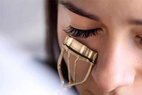 استفاده از فر مژه برای آرایش چشم ریز