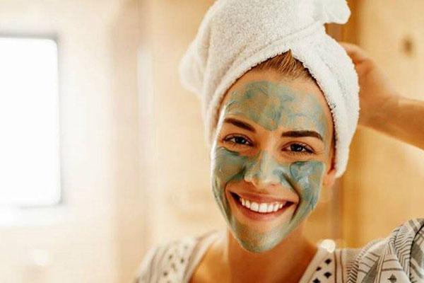 استفاده از ماسک صورت برای آبرسانی پوست در شب