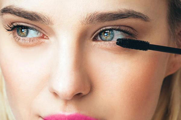 نحوه درست ریمل زدن در آرایش مناسب سرکار