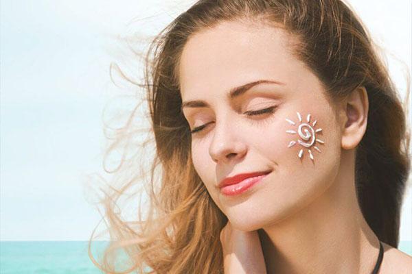 چگونه از ضد آفتاب استفاده کنیم؟ نحوه استفاده درست از ضد آفتاب - زیبابست