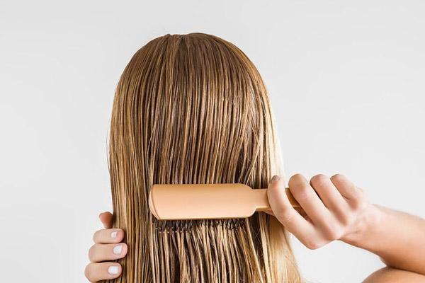 شانه کردن درست موهای بلوند