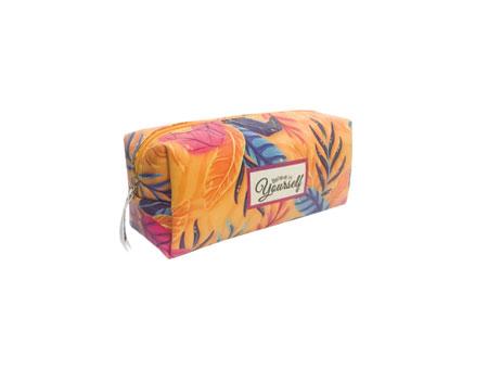 کیف لوازم آرایش دارای سایزی مناسب برای جایگیری وسایل آرایشی خانم ها